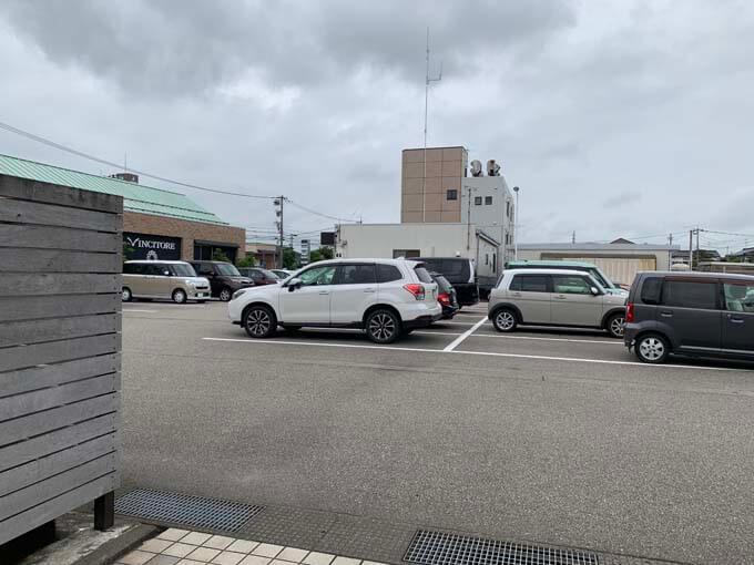 お店の裏側の駐車場