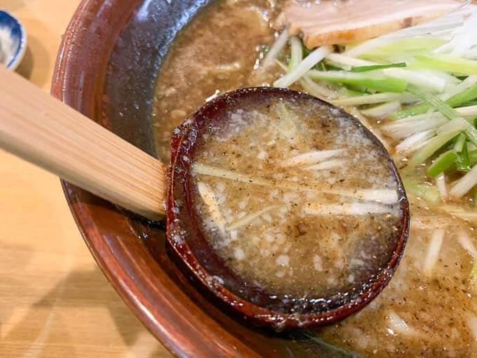 魚介の旨味溢れる醤油スープ