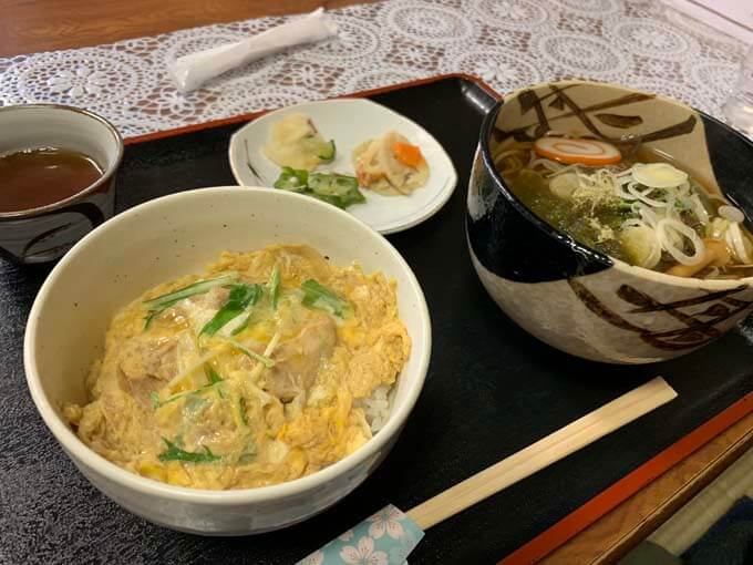 本日のランチ「山菜そばとミニ親子丼」