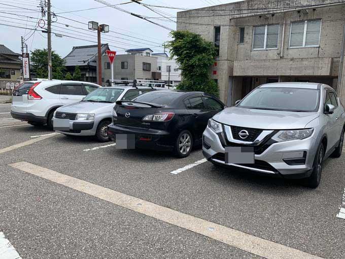 狭めの駐車場