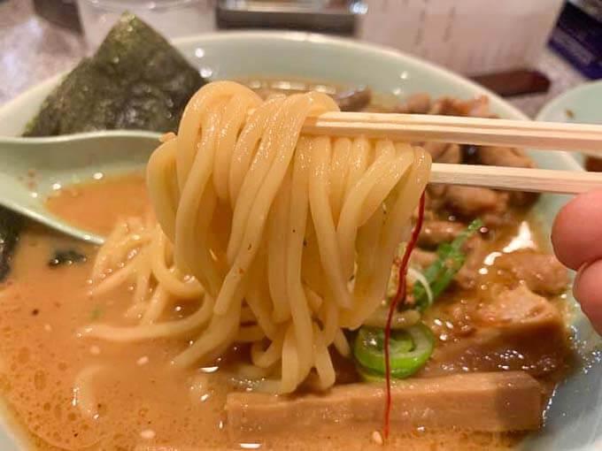 麺は中太ストレート麺