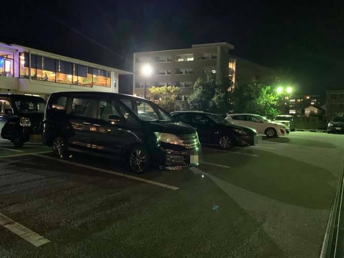 広々としたテナント共有の駐車場
