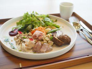 【ヘルジアンウッド】地元の食材を使ったヘルシーランチ「自家製のハーブティーと共に」