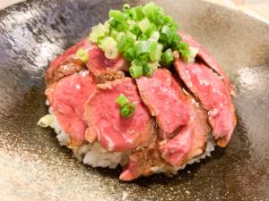 【ほし乃|ほしの】総曲輪で食べるレアなステーキが美味しい丼。