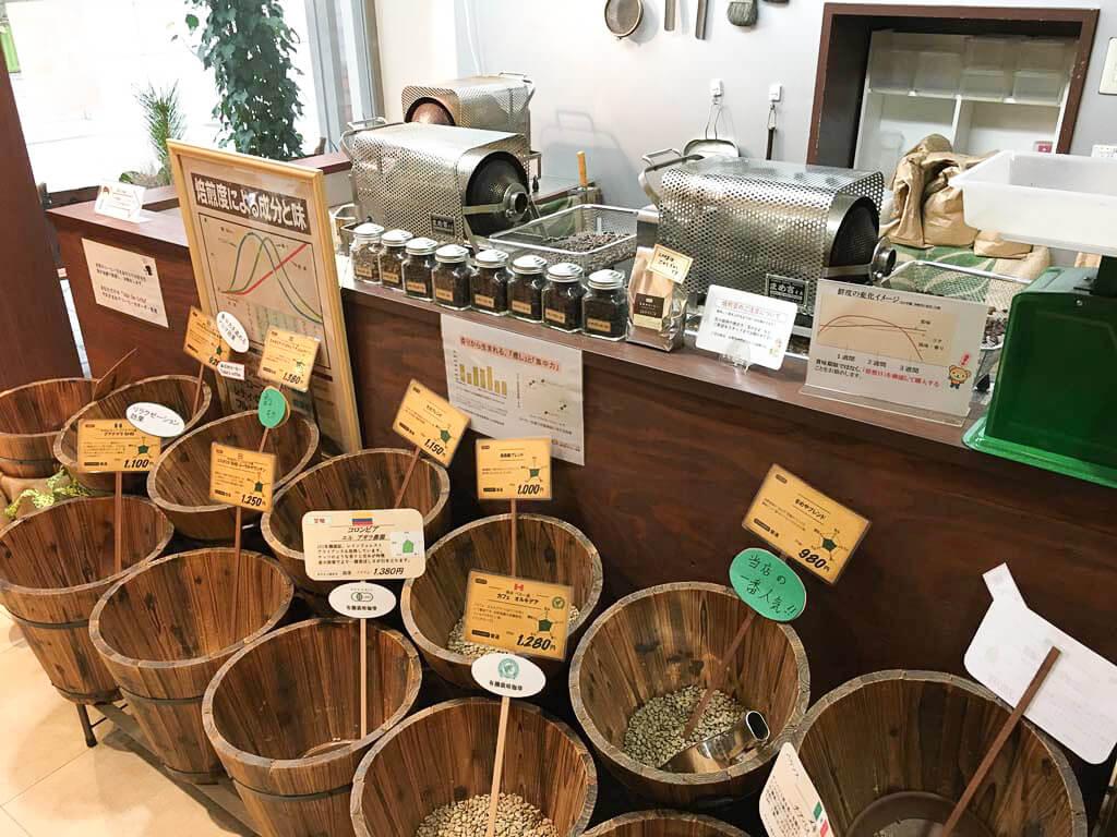 本格的な焙煎機、豆の店頭販売も