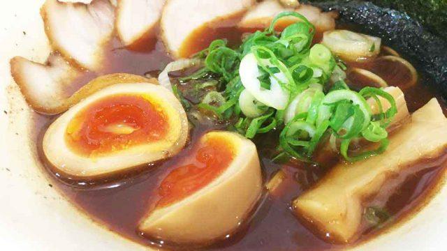 富山駅から徒歩5分、魚介と醤油の旨味きわだつ富山ブラック「ラーメン一心」