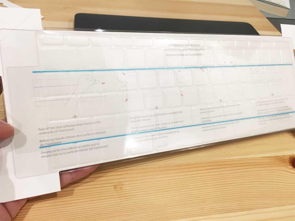 紙の板からキーボードカバーを外す