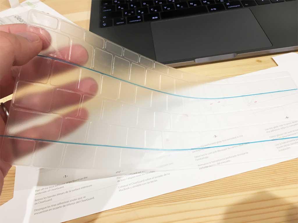 キーボードカバーをプラスチック板から外す