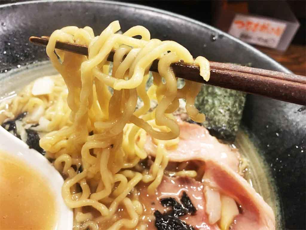 かための中太ちぢれ麺がトロッとスープをからめとる