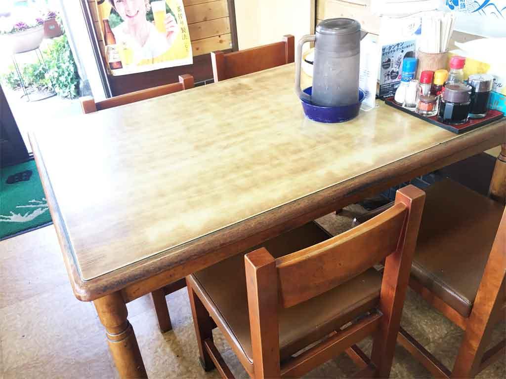 島田食堂のテーブル