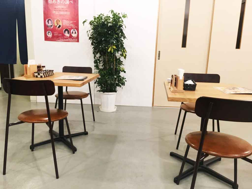 八まん亭のテーブル席