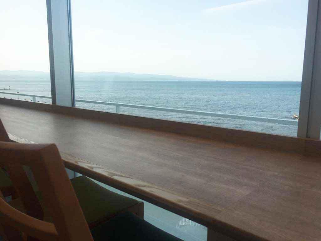 開放感あるカフェスペース