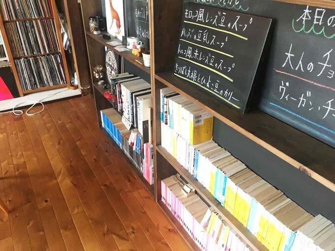 文庫本や漫画がディスプレイされている