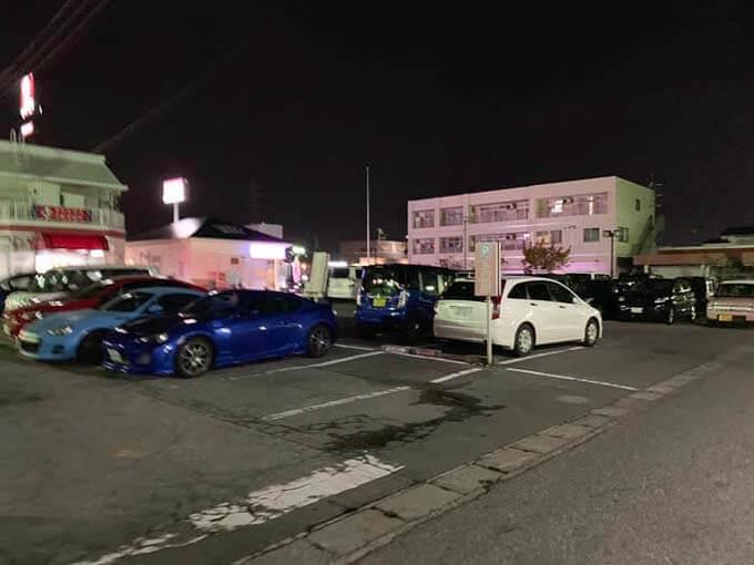 広い駐車場がある