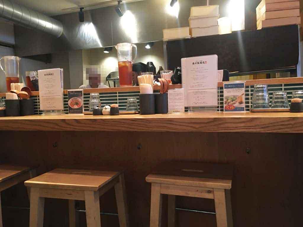 金沢製麺処のカウンター席