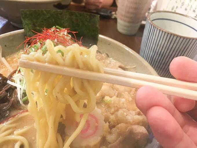 中太ストレート麺がシャキシャキネギとマッチ