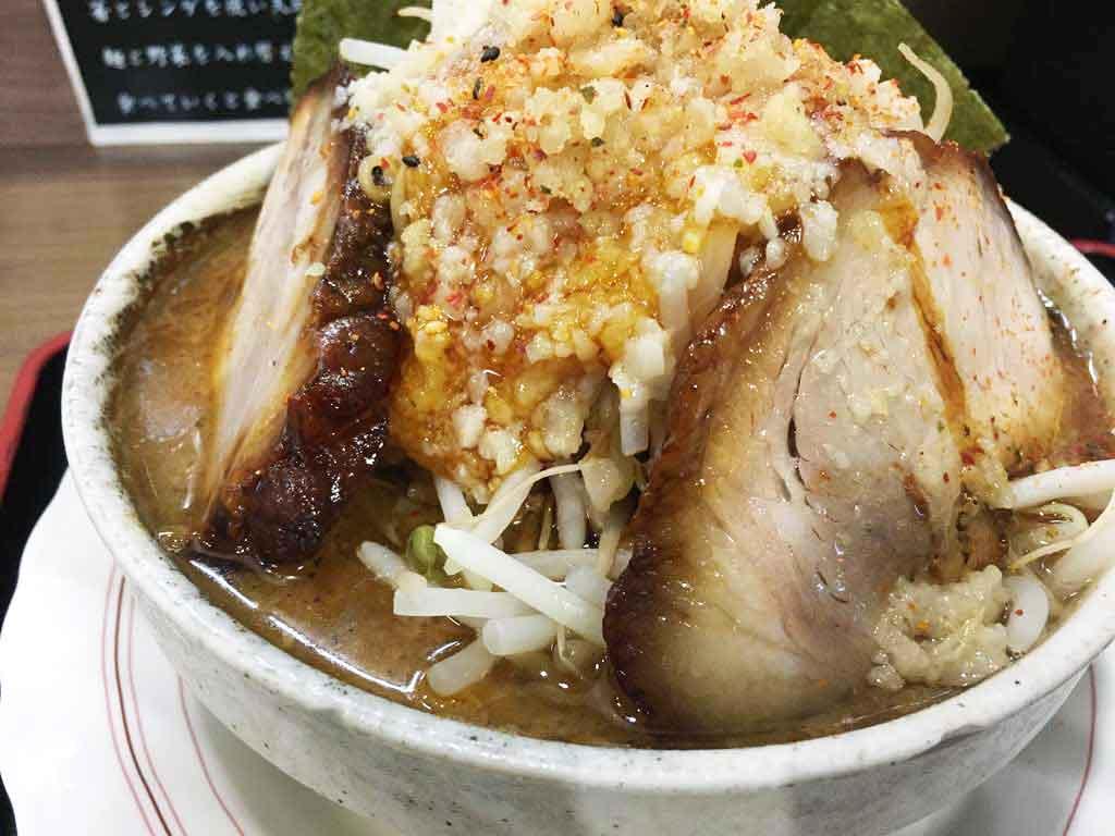 【麺家とみぃず】二郎系・まぜそば、極太麺がどちらもうまい一杯!!にんにくと醤油の旨味を感じよう