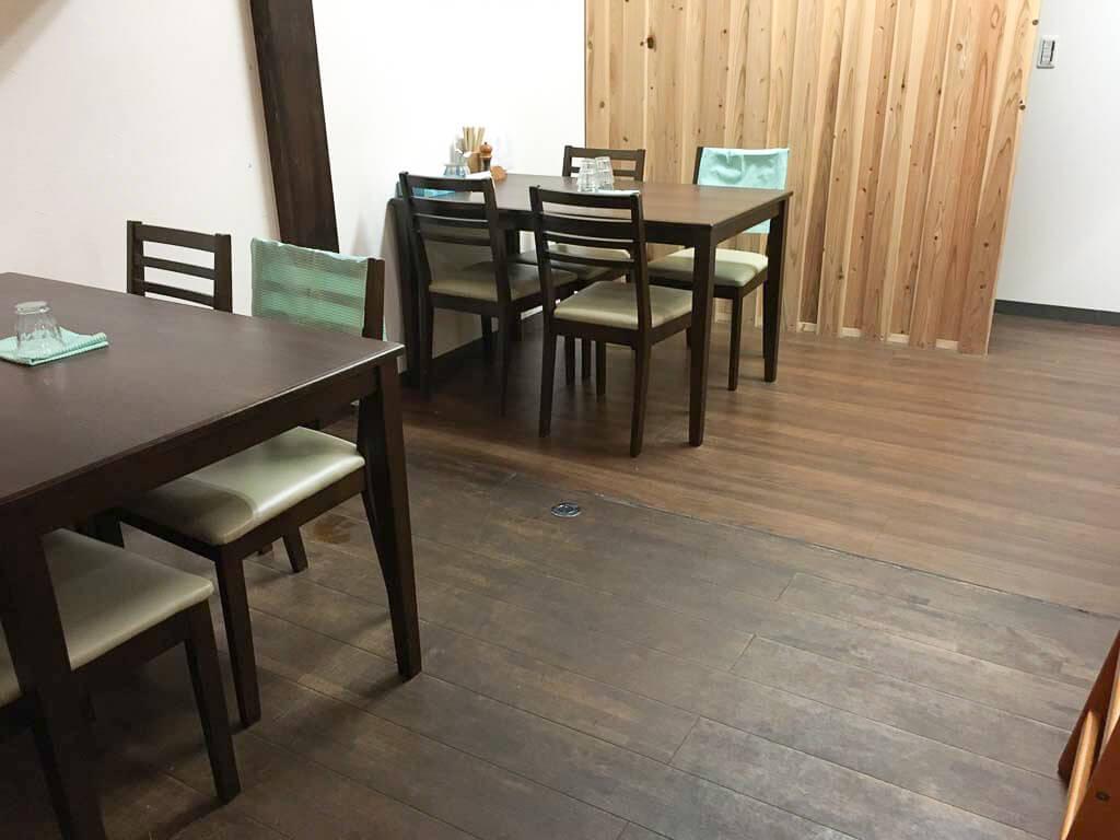 『はし本』のテーブル席