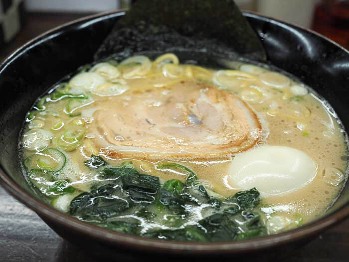 【麺王 富山】ラーメンはガッツリ系若者男子に人気!!ピリ辛の高菜ごはんもセットで召し上がれ