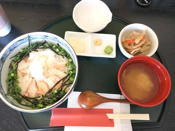 平日のランチタイムは味噌汁と小鉢がついてくる