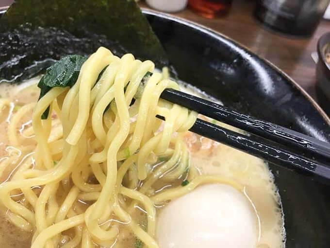 トロッとスープと絡んでうまい中太麺