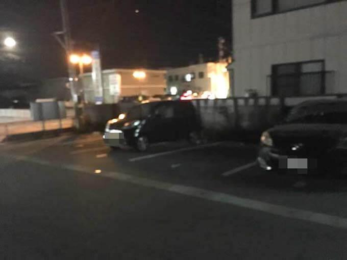 隣の広い駐車場