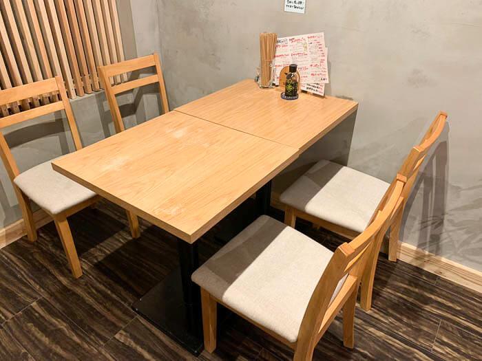 奥に4人がけのテーブル席