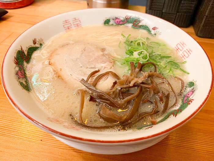 【ばたやん 富山駅前店】豚骨ラーメンは純国産100%スープを使用「〆の一杯におすすめ」