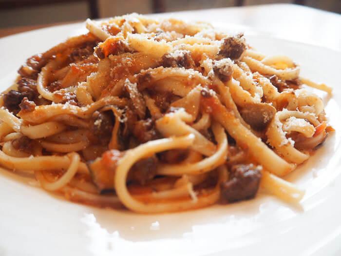 【オリーブ 氷見】ボロネーゼパスタやオーガニック野菜を使った肉料理が自慢の田舎風イタリアン