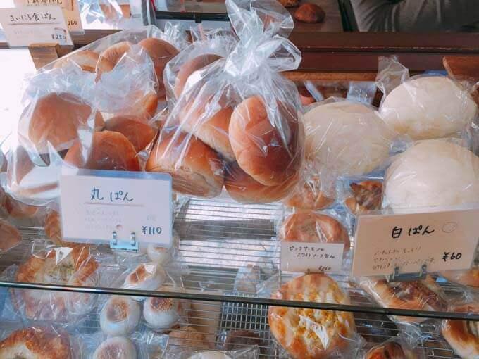 リーズナブルな丸パンと白パン