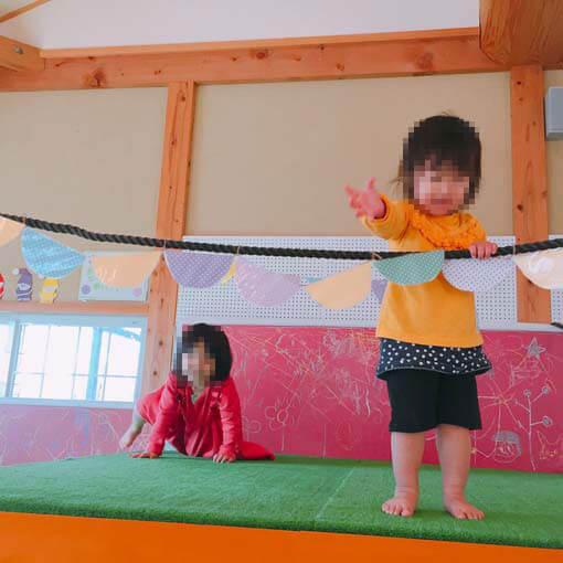 室内キッズスペースで遊ぶ子どもたち
