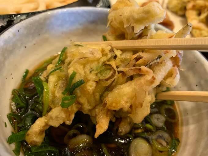 お好みの天ぷらを出汁につけて食す