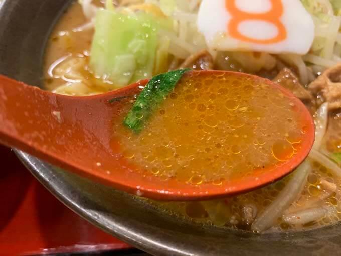 牛もつのエキスが溶けた味噌スープ