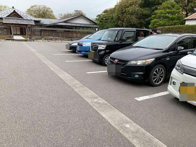 隣りに無料駐車場