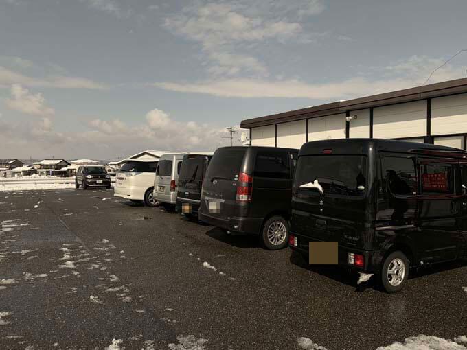駐車場は広々としている