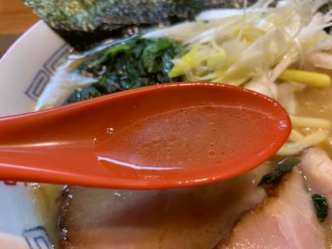 鶏油がおいしい豚骨醤油スープ