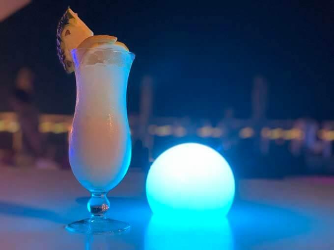 バーで沖縄の夜を楽しむ