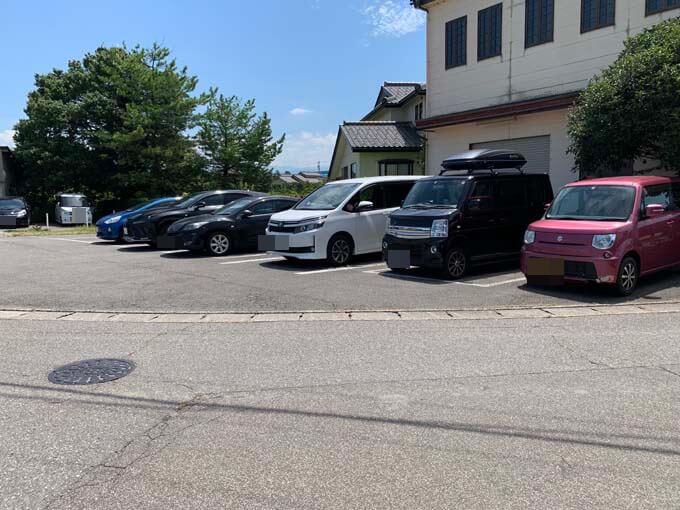 広めの駐車場があります