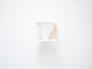 ツバメドリッパーとマグ。白に青のワンポイント「おひとり様コーヒーを贅沢に味わう」